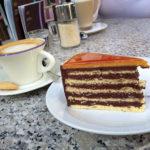Dobos-Torte und Capucchino im Café Gerbeaud