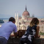 Ein Paar genießt die Aussicht auf das Parlament