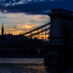 Silhouette der Kettenbrücke und Matthiaskirche während des Sonnenuntergangs