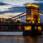 Kettenbrücke und Matthiaskirche während des Sonnenuntergangs