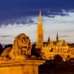 Beleuchtete Kettenbrücke und Matthiaskirche nach Sonnenuntergang in der blauen Stunde