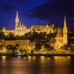 Beleuchtete Fischerbastei, Matthiaskirche und Calvinistische Kirche nach Sonnenuntergang in der blauen Stunde