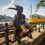 Straßenbahnlinie 2 vor der Statue der Kleinen Prinzessin