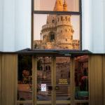 Die Fischerbastei spiegelt sich in der Fassade des Hilton-Hotels