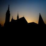 Silhouette der Matthiaskirche in der Abendsonne