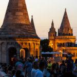 Menschenmassen auf der Fischerbastei in der Abendsonne