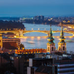 Blick von der Fischerbastei aus auf die beleuchtete Margaretenbrücke nach Sonnenuntergang in der blauen Stunde