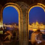 Blick von der Fischerbastei aus auf das beleuchtete Parlament nach Sonnenuntergang in der blauen Stunde