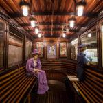 Innenansicht einer historischen U-Bahn im U-Bahn-Museum in Budapest