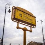 Schild an einer U-Bahn-Station auf der historischen Linie M1 in Budapest