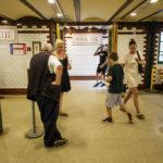 Zugangskontrolle in einer U-Bahn-Station auf der historischen Linie M1 in Budapest