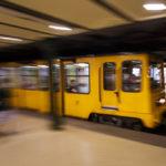Einfahrender Zug in der U-Bahn-Station Oktogon auf der historischen Linie M1 in Budapest