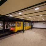 Abfahrender Zug in der U-Bahn-Station Oktogon auf der historischen Linie M1 in Budapest