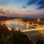 Blick vom Gellértberg auf die Donau, die beleuchtete Elisabethbrücke und St.-Stephans-Basilika nach Sonnenuntergang in der blauen Stunde