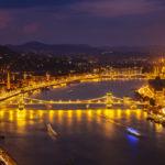 Blick vom Gellértberg auf die beleuchtete Kettenbrücke und das Parlament nach Sonnenuntergang in der blauen Stunde