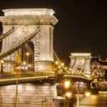 Beleuchtete Kettenbrücke am Abend