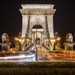 Fließender Verkehr auf der Kettenbrücke in Budapest