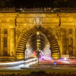 Fließender Verkehr aus und in den Burgberg-Tunnel in Budapest