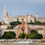 Blick auf die Fischerbastei, Matthiaskirche und Calvinistische Kirche in Budapest