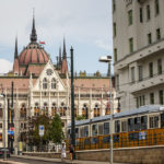 Straßenbahn Linie 2 vor dem Parlament in Budapest