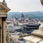 Blick auf das Parlament zwischen den Türmen der St.-Stephans-Basilika