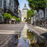 Die St.-Stephans-Basilika spiegelt sich in einer Lacke