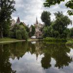 Spiegelung der Burg Vajdahunyad im Stadtwäldchen