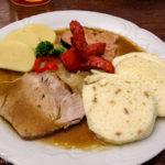 Südböhmischer Bauernteller mit Schweinsbraten, Rauchfleisch, Bratwurst, Knödel und Kraut im Budweiser Brauereilokal Pivnice Budvar
