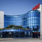 Das markante blaue Betriebsgebäude von Budweiser