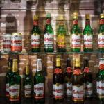 Bierflaschen verschiedener Jahre im Besucherzentrum der Brauerei Budweis