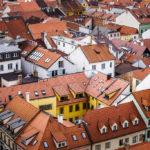 Blick vom Schwarzen Turm auf Hausdächer von Budweis