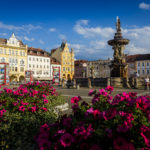 Der Samsonbrunnen und historische Gebäude auf dem Marktplatz von Budweis