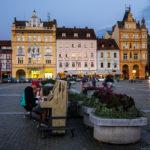 Ein Amateur versucht sich an einem Klavier auf dem Marktplatz von Budweis