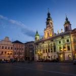 Das beleuchtete Rathaus auf dem Marktplatz von Budweis