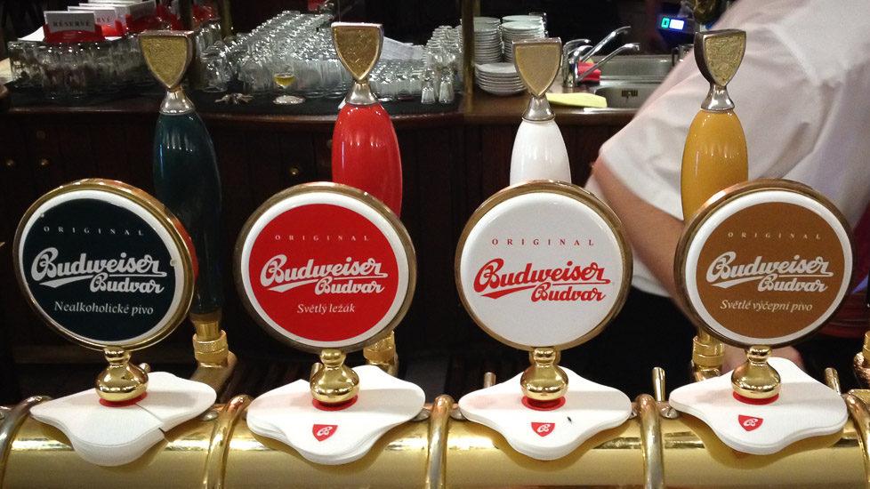 Vier Zapfsäulen von Budweiser
