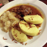 Kleine Portion Schweinsfilet mit Sauerkraut und Kartoffelknödel in der Braugaststätte Na Parkánu