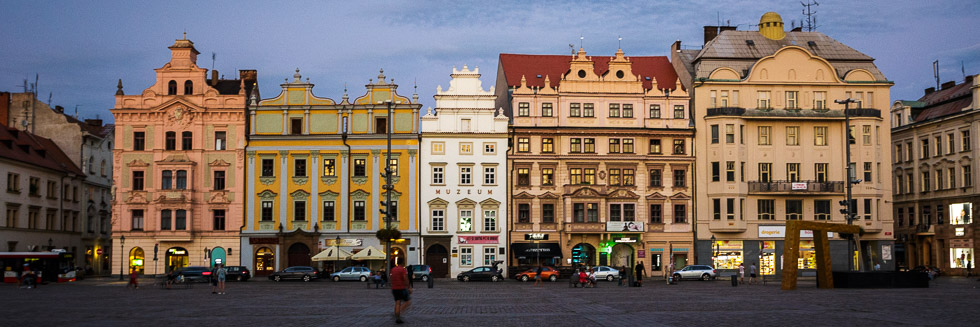 Häuserzeile auf dem Platz der Republik in Pilsen