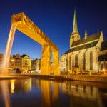 Beleuchteter Hauptplatz von Pilsen mit Brunnen und Kirche