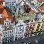 Blick vom Turm der St.-Bartholomäus-Kathedrale auf eine historische Häuserzeile