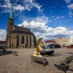 St.-Bartholomäus-Kathedrale und ein goldener Brunnen auf dem Hauptplatz