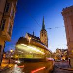 Eine Straßenbahn vor der St.-Bartholomäus-Kathedrale