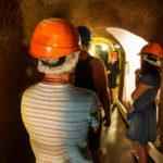 Besucher mit Helm in den Pilsner historischen Kellern