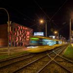 Straßenbahn vor dem beleuchteten Neuen Theater