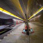 Einfahrender Zug in der Metro-Station Náměstí Republiky