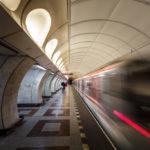 Abfahrender Zug in der Metro-Station Andel
