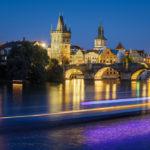 Nächtlicher Blick von der Brücke Mánesův Most in Richtung Karlsbrücke (Karlův most)