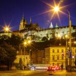 Nächtlicher Blick von der Brücke Mánesův Most in Richtung der Prager Burg