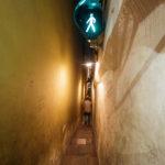 Fußgängerampel in einer besonders engen Gasse in der Altstadt