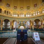 Klavierspielerin in der historischen Bahnhofshalle