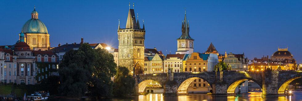 Blick auf die beleuchtete Karlsbrücke in Prag